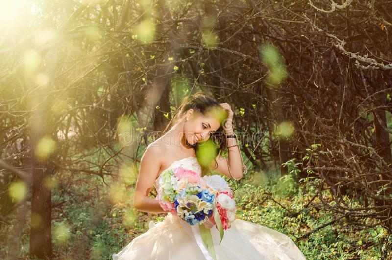 Wiosna ślubny portret, piękna młoda panna młoda obraz royalty free