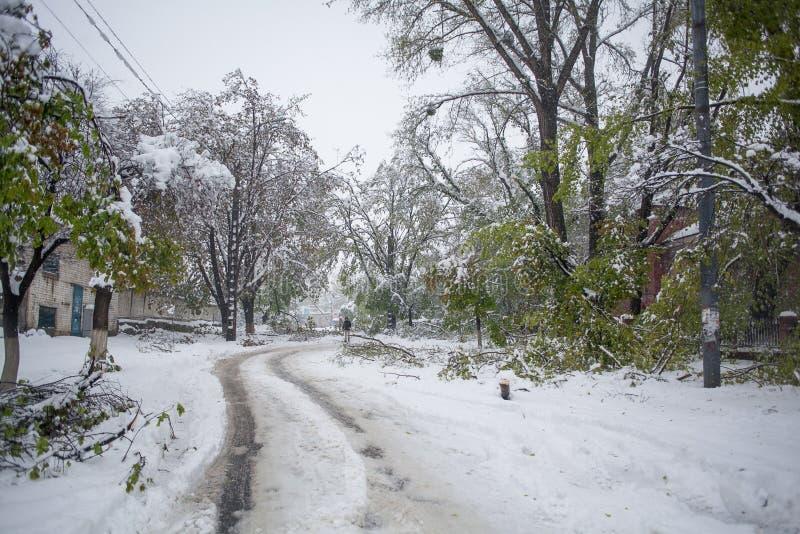 Wiosna śnieżny kataklizm w miasteczku zdjęcie stock
