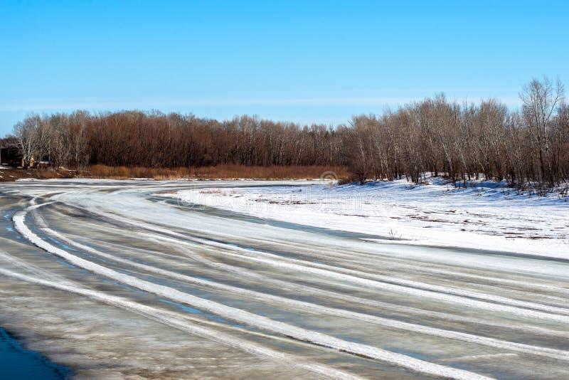 Wiosna, śnieg topi bardzo wkrótce Ural rzekę dostawać pozbywającą się obraz stock