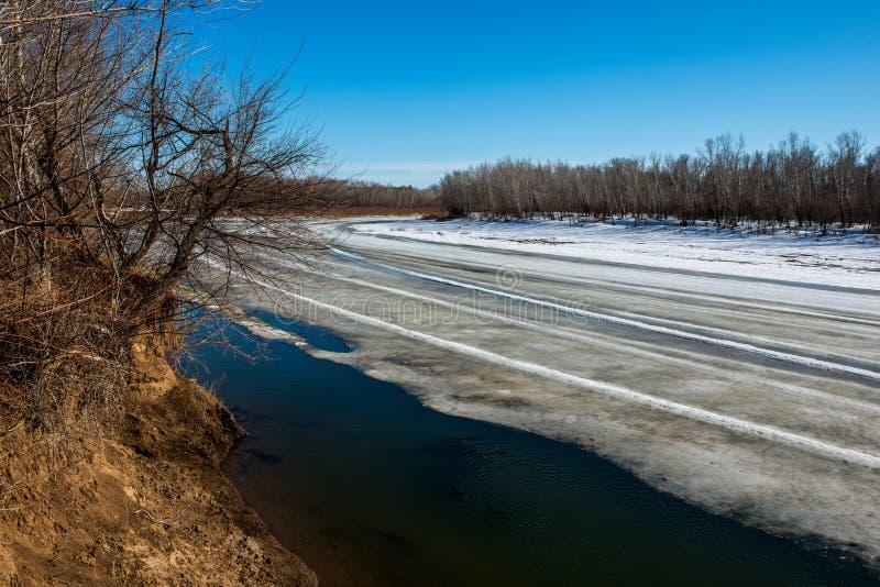 Wiosna, śnieg topi bardzo wkrótce Ural rzekę dostawać pozbywającą się zdjęcie royalty free