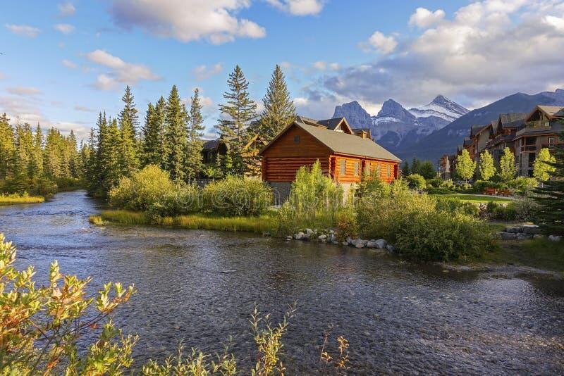 Wiosna Alpejska Wioska Snowcapped Mountains Canmore Alberta Foothills Canada zdjęcia royalty free