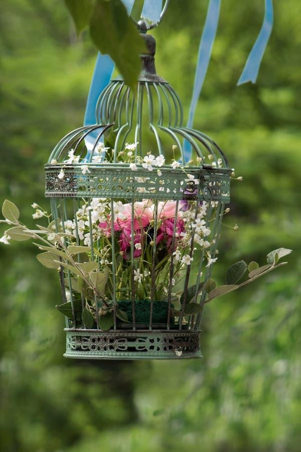 Wiosna bukiet w rocznik klatce obrazy stock