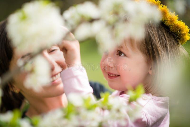 Wiosna czas - matka z dzieckiem zdjęcia royalty free