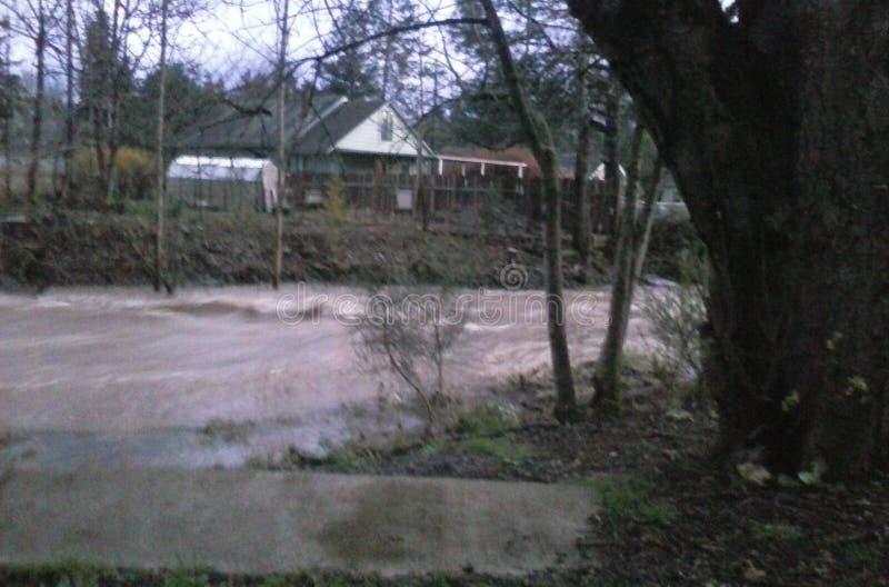 Wiosna deszcze podnoszą Johnson zatoczkę przy Dzwonkowym Dr obraz stock