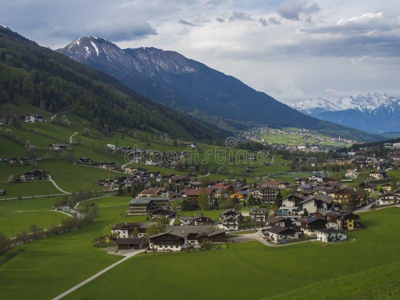 Wiosna halny wiejski krajobraz Widok nad Stubaital Stubai doliną blisko Innsbruck, Austria z wioską Neder, zieleń obraz stock