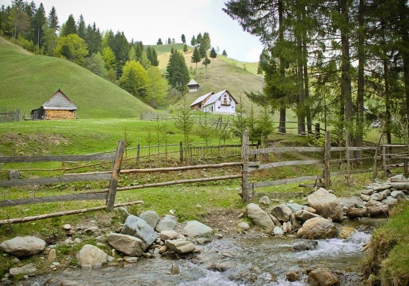 Wiosna krajobraz od wsi blisko rzeki obraz stock
