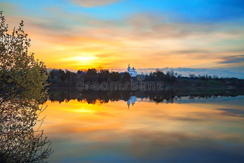 Wiosna krajobraz z wschodem słońca nad wodą fotografia stock