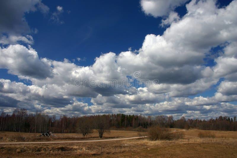 Download Wiosna krajobrazowa zdjęcie stock. Obraz złożonej z chmurny - 695568
