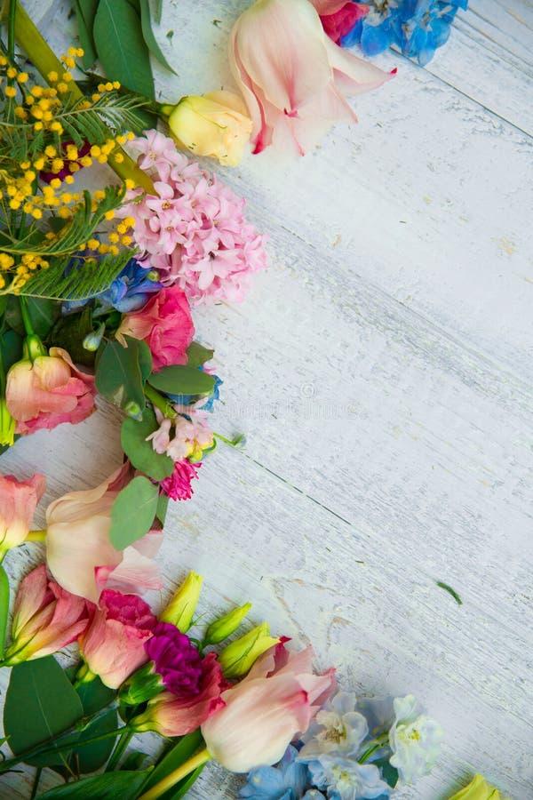 Wiosna kwitnie na drewnianym tle Lata kwitnienia granica na w obraz royalty free