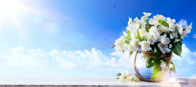 Wiosna kwitnie niebieskiego nieba tło; Wiosny lub lato natury b fotografia stock