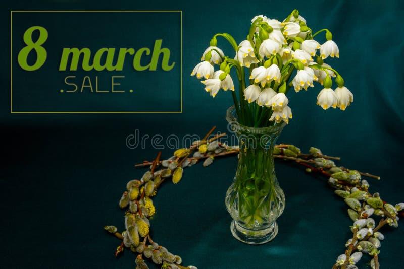 Wiosna kwitnie w krystalicznej wazie, okrąg wierzb gałąź na błękitnym tle zdjęcia royalty free