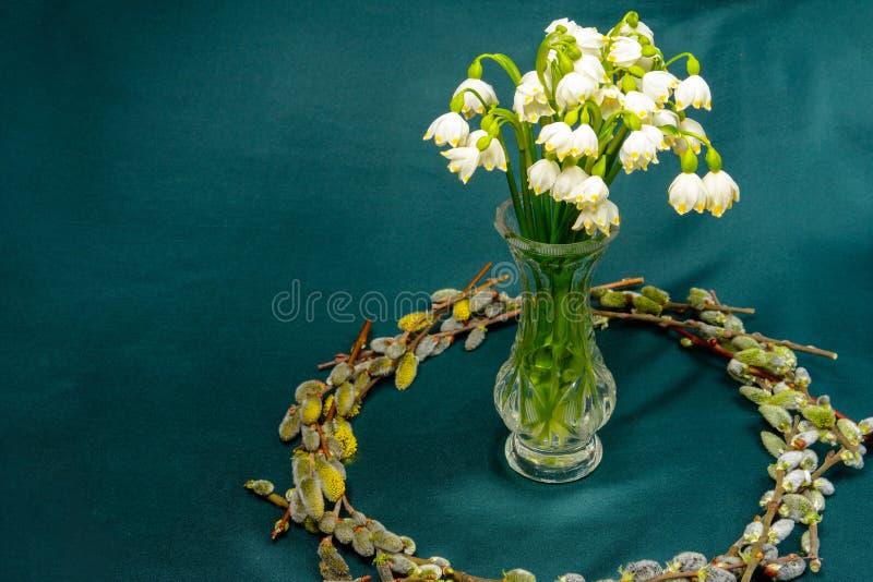 Wiosna kwitnie w krystalicznej wazie, okrąg wierzb gałąź na błękitnym tle zdjęcie stock
