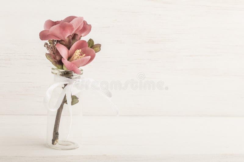 Wiosna kwitnie w wazie na drewnianym stole fotografia stock