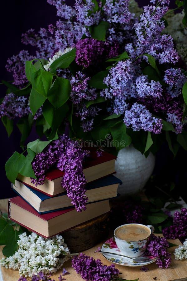 Wiosna nastrój, tło Książki, kawa i gałąź bez, zdjęcia stock