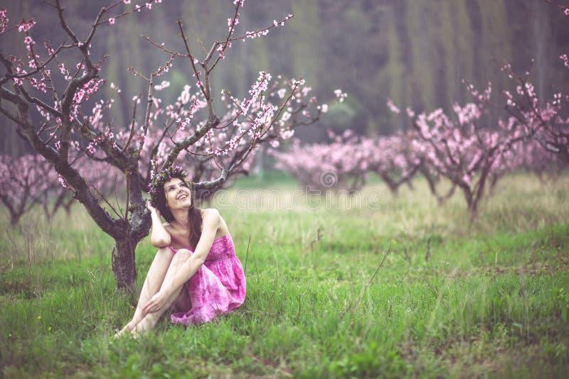 wiosna ogrodowa kobieta zdjęcia royalty free