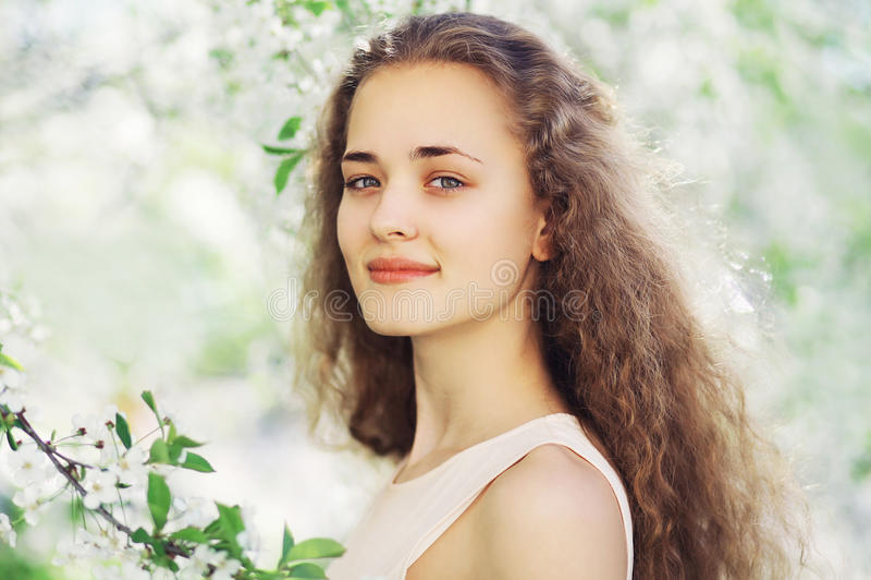 Download Wiosna Portret śliczna Dziewczyna Z Długim Kędzierzawym Włosy W Kwieceniu Obraz Stock - Obraz złożonej z ogród, szczęśliwy: 53781775