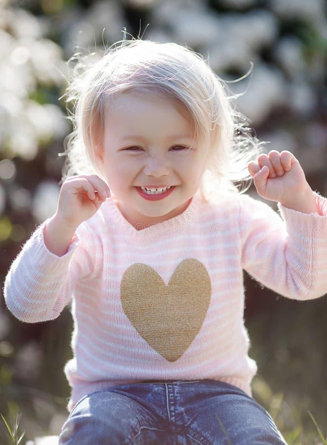 Wiosna portret powabny małej dziewczynki odprowadzenie w kwitnącym parku fotografia stock