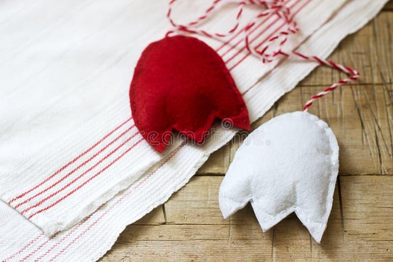 Wiosna symbol Martenitsa lub martisor składa się kawałki czerwieni i białych, tradycyjnych dla Rumunia, Moldova, Bułgaria zdjęcia royalty free