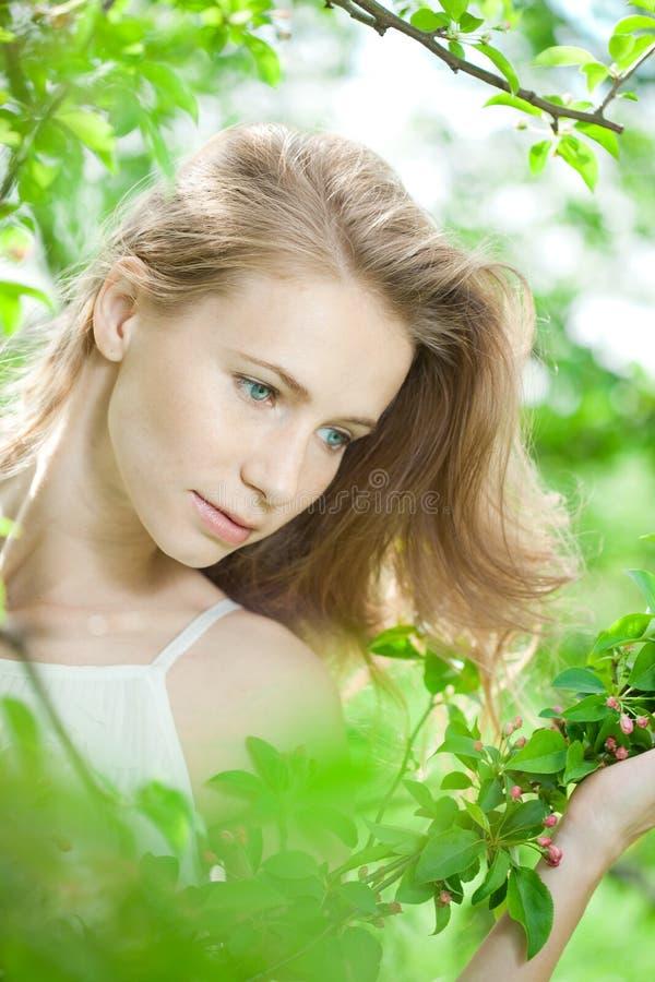 wiosna TARGET2499_0_ ogrodowa kobieta obraz royalty free