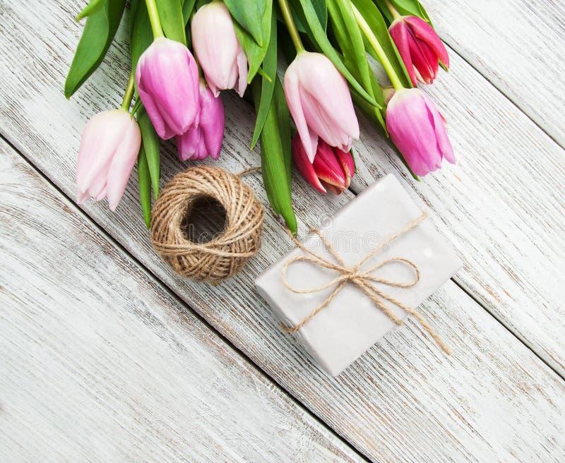 Wiosna tulipanów kwiaty i prezenta pudełko zdjęcie stock