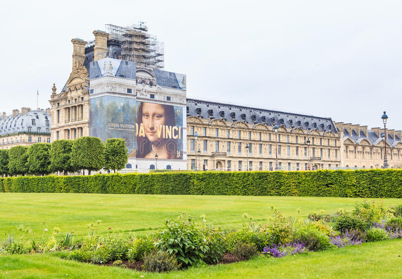 Wiosna w Jardin des Tuileries z Musee Du Louvre beyond, obrazy stock
