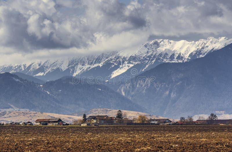 Wiosna wiejski krajobraz blisko Piatra Craiului gór, Rumunia zdjęcia stock