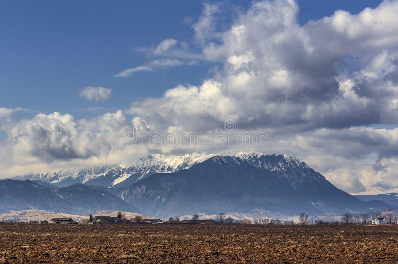 Wiosna wiejski krajobraz blisko Piatra Craiului gór, Rumunia zdjęcie stock