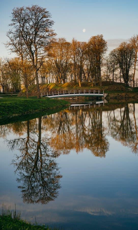 Wiosna wschód słońca nad Kuressaare miasteczka parkiem zdjęcie royalty free