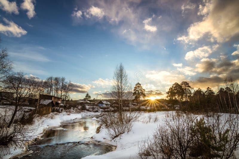 Wiosna zmierzch w wiosce blisko rzeki, Rosja, Ural, fotografia royalty free