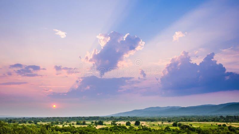 Wiosna zmierzchu krajobrazu fotografia, słońce w evening prawie ustawiać w dół nad wielką doliną z pierwszym planem/ zdjęcia royalty free