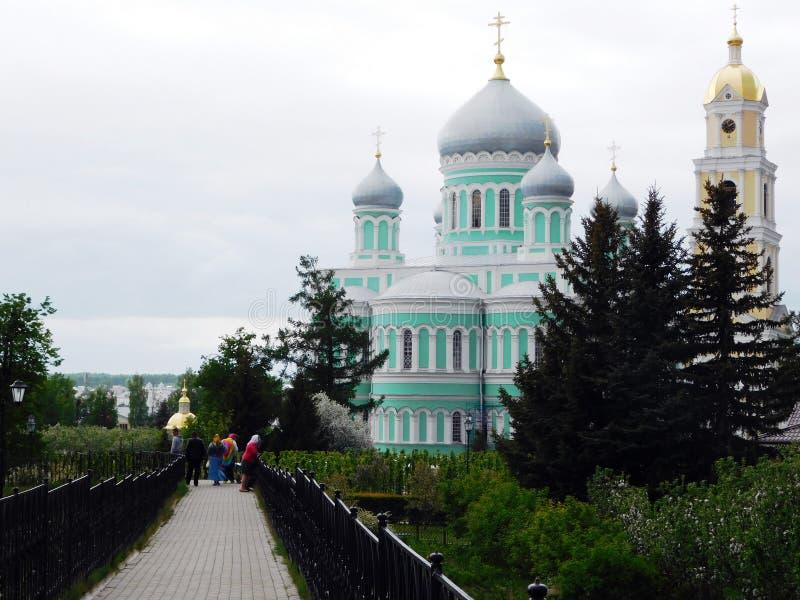 Wiosny aleja z kaplicą na tle i katedrą obrazy royalty free