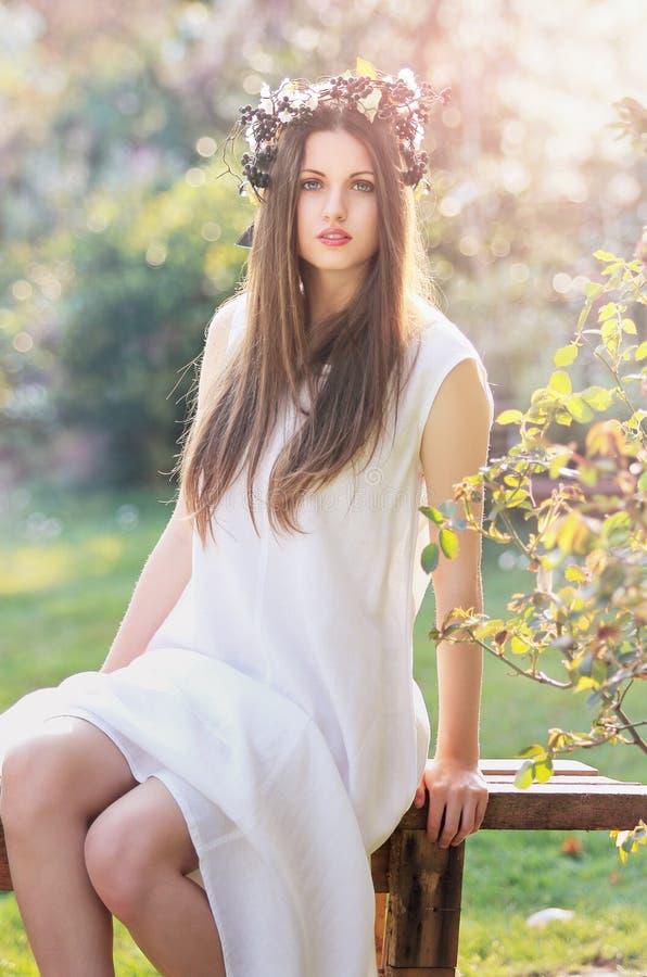 Wiosny boginka w biel sukni obrazy royalty free