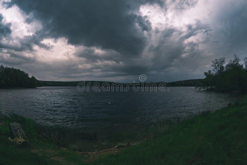 Wiosny burza nad rzeką w wieczór obraz stock