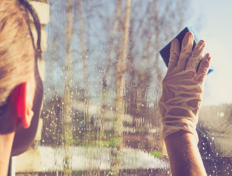 Wiosny cleaning - cleaning okno Kobiety ` s ręki myją okno, czyści zdjęcie stock