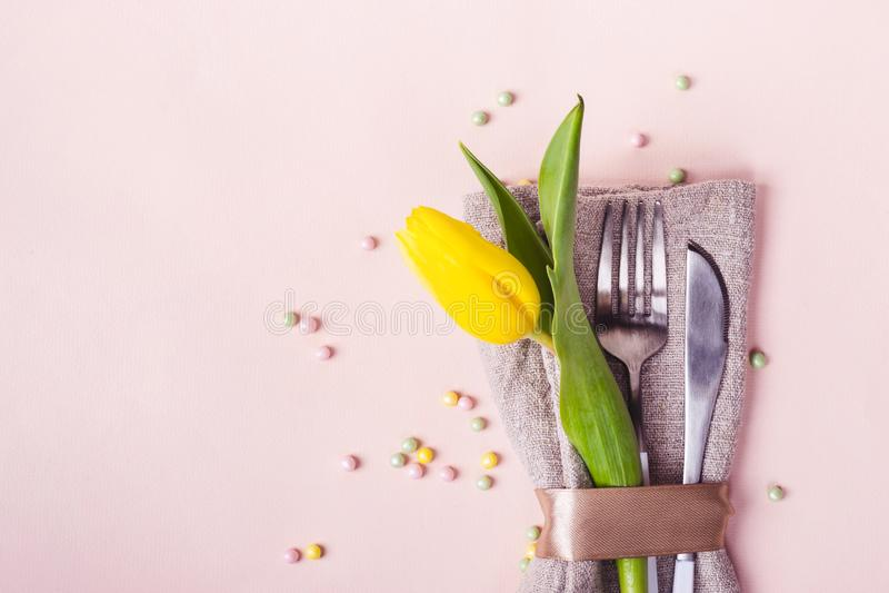 Wiosny Easter stołu położenie Cutlery dekoruje z pięknym żółtym tulipanem w górę obraz royalty free
