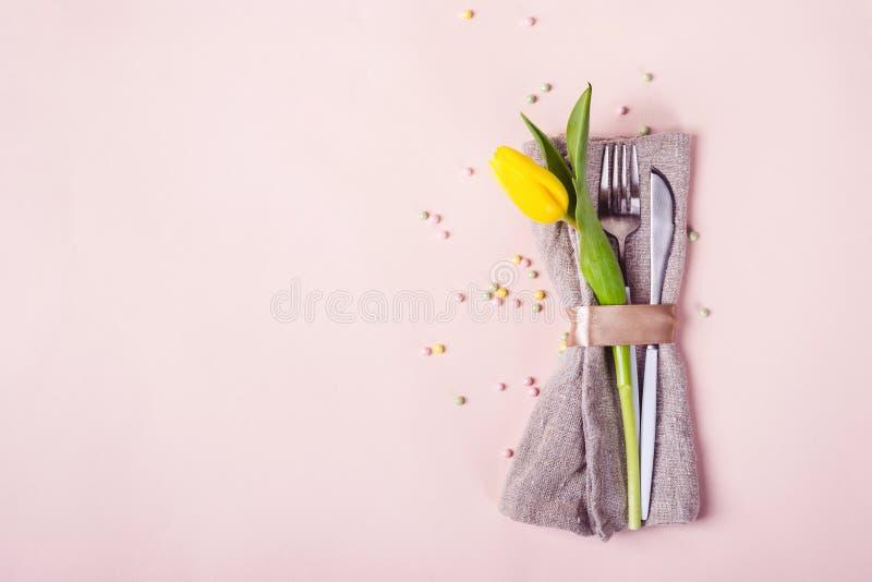 Wiosny Easter stołu położenie Cutlery dekoruje z pięknym żółtym tulipanowym kwiatem fotografia royalty free