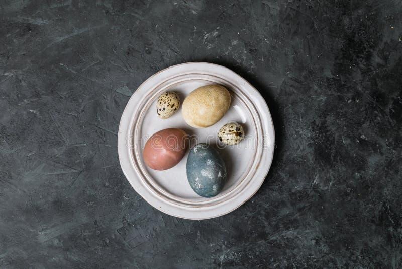 Wiosny Easter tła wieśniaka stylu minimalny skład - organicznie naturalnie farbujący Easter jajka obrazy stock