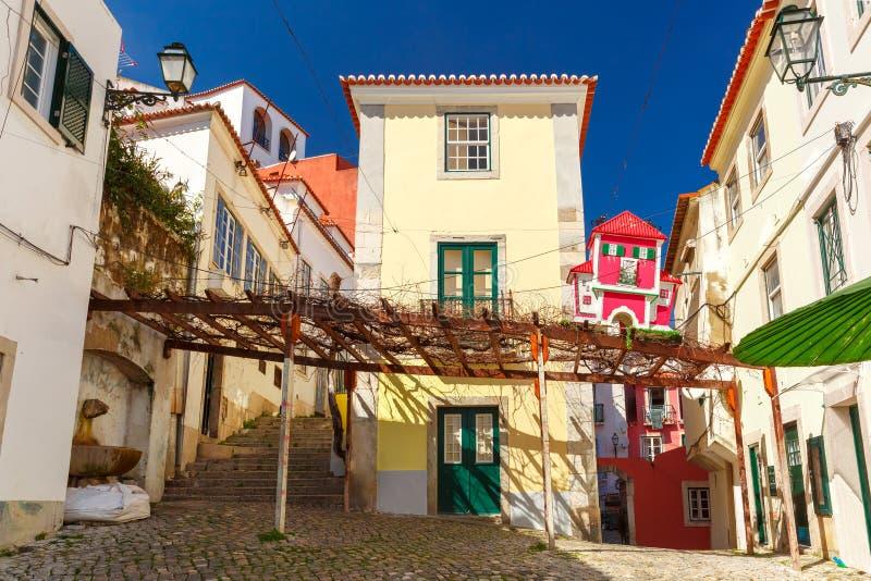 Wiosny Lisbon typowa ulica, Portugalia zdjęcie stock