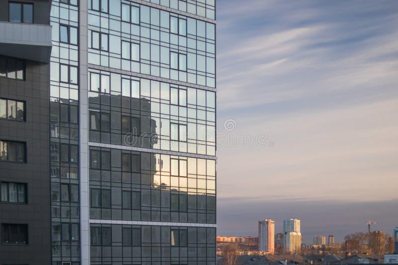 Wiosny miasta krajobraz Fasada nowożytny budynek i widok okoliczny teren zdjęcie stock