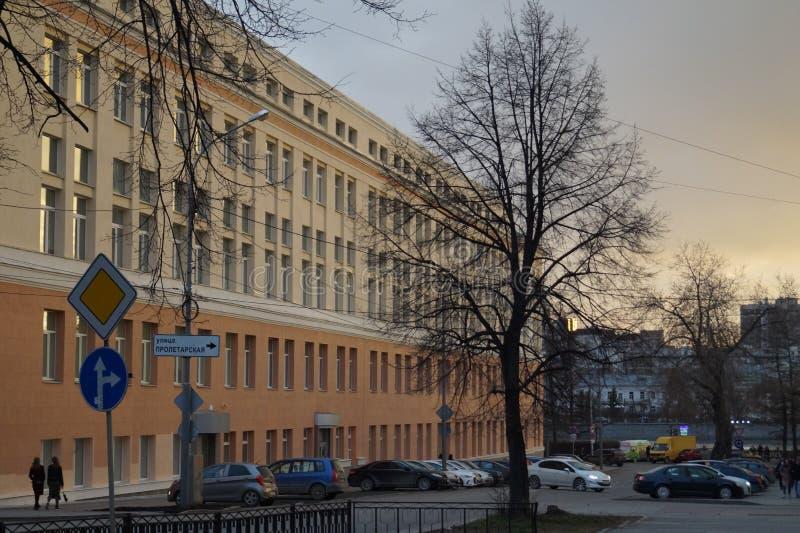 Wiosny miasta krajobraz: nowy klasyczny budynek, Pervomayskaya ulica 17, iluminująca zmierzchu światłem zdjęcie stock