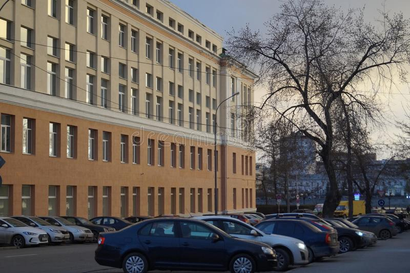 Wiosny miasta krajobraz: nowy klasyczny budynek, Pervomayskaya ulica 17, iluminująca zmierzchu światłem fotografia royalty free