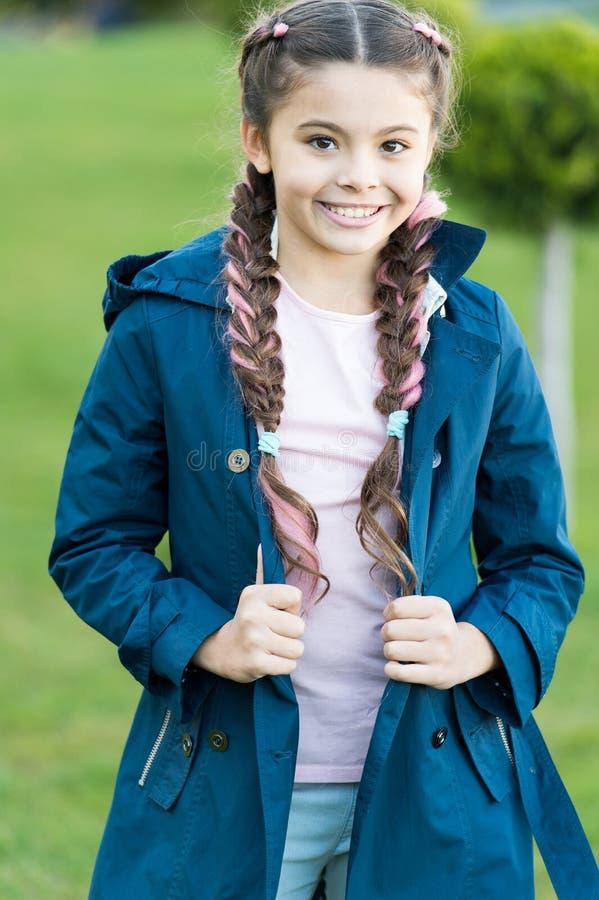 Wiosny moda dla małej dziewczynki plenerowej Mała dziewczynka z modną fryzurą w parku Jesieni moda Szczęśliwy dziecko z obrazy stock
