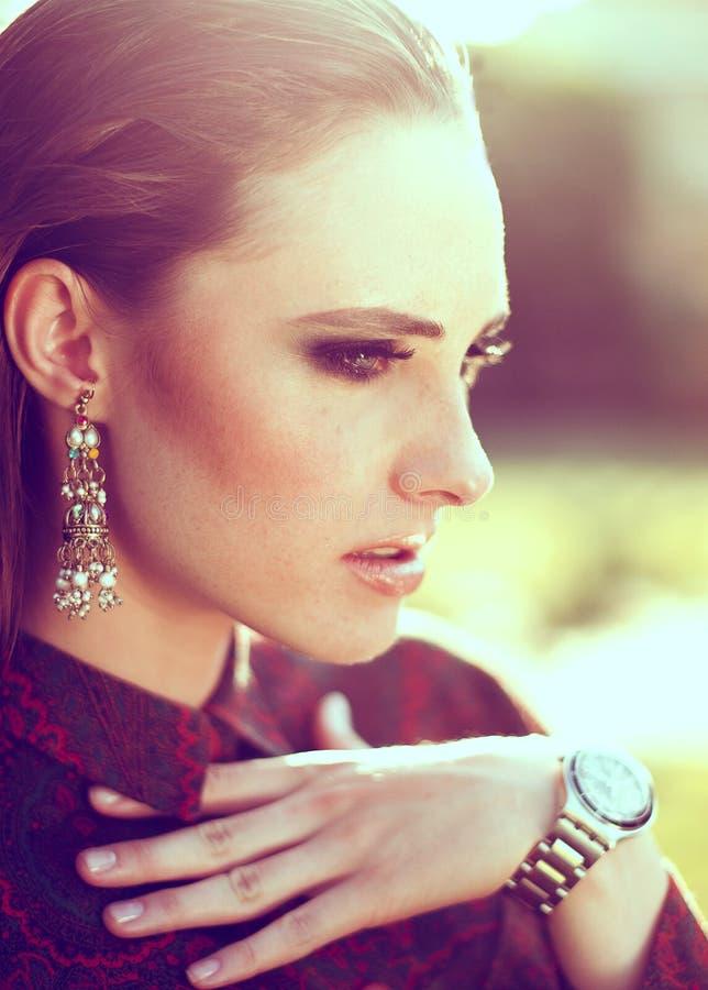 Wiosny mody piękna kobiety portret plenerowy zdjęcia royalty free