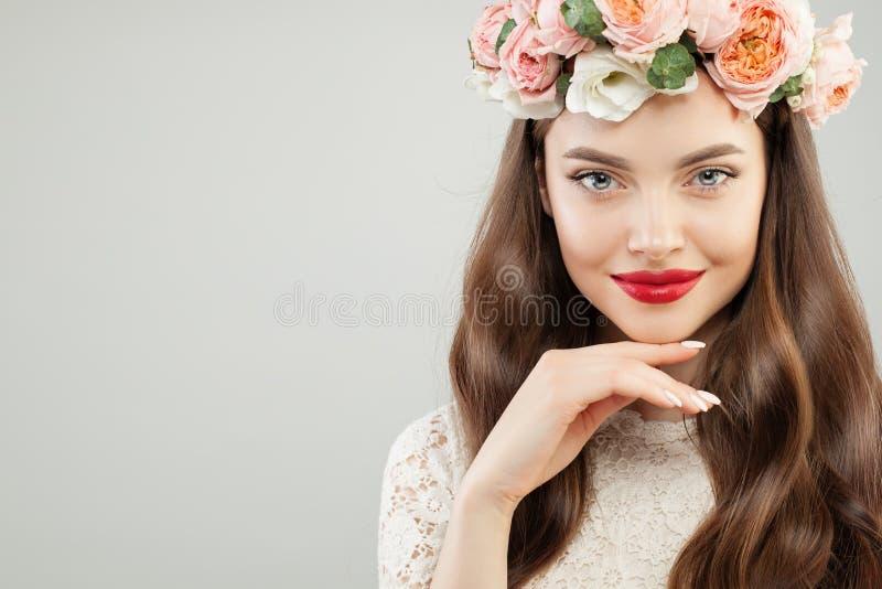 Wiosny piękna portret doskonalić potomstwa modeluje kobiety Ładna dziewczyna z czerwonym wargi makeup i kwiatu wianku ono uśmiech obraz royalty free