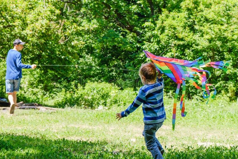Wiosny pojęcia pomysł, wiosny tła środowisko, biologia biznes Kania w lato chłopiec bawić się na polu, parkowy dzień, zabawy koma zdjęcia stock