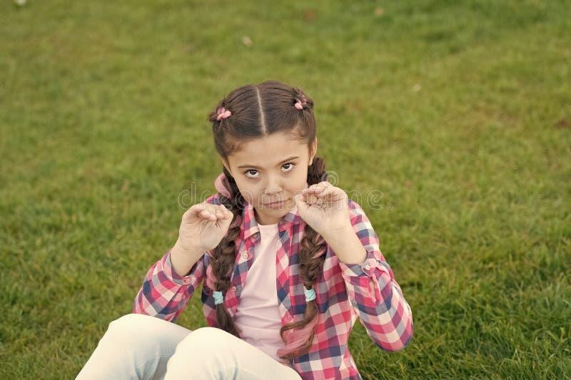 Wiosny poj?cie Park i ogr?d Dzieciak latawica Dziewczyny ma?e dziecko wydaje czas wolnego outdoors w parku Dziewczyna siedzi na t zdjęcie royalty free