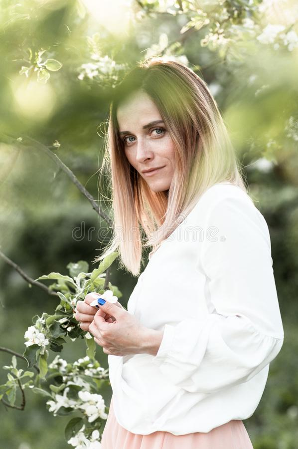Wiosny rozważna dziewczyna w kwitnącym jabłczanym sadzie zdjęcie stock