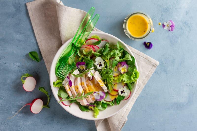 Wiosny sałatka z jadalnym kwiatem obraz stock