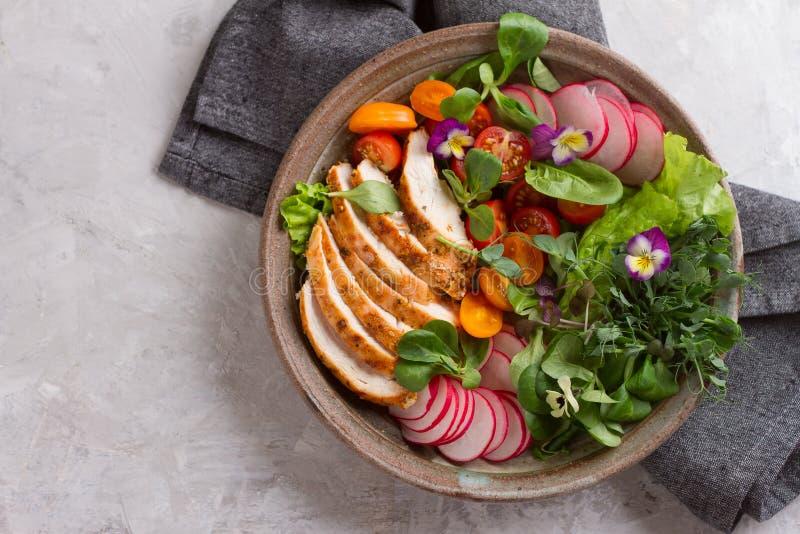 Wiosny sałatka z warzywami, kurczak piersią i jadalnym flowe, fotografia royalty free