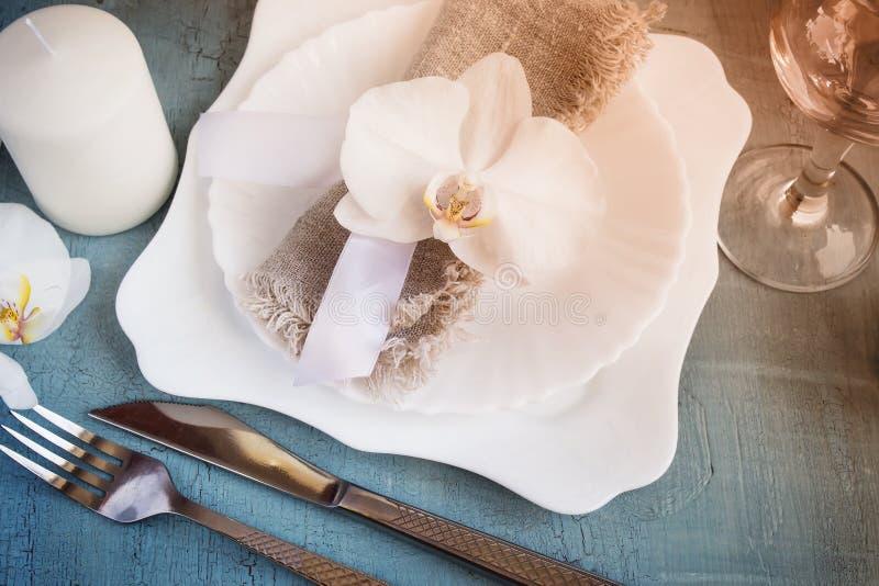 Wiosny stołowy położenie z storczykowymi dekoracjami, świeczki, wineglass obrazy royalty free